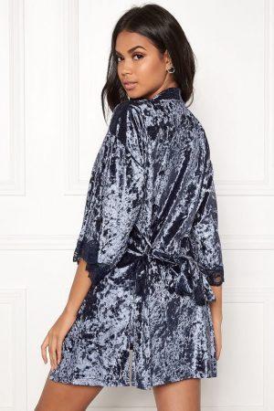 Fin mörkblå morgonrock i sammet med spets - TopLady