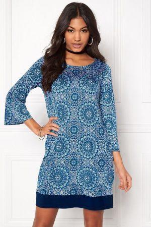 Blå mönstrad klänning